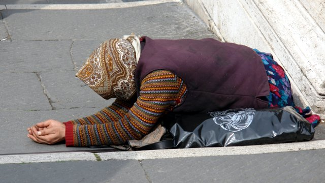 Povertà - Donna chiede l'elemosina