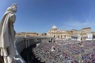 I fedeli in piazza San Pietro per l'udienza generale