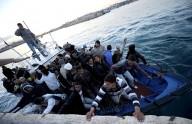 Migranti pronti a sbarcare a Lampedusa