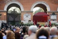 La folla di fedeli riunita al cimitero del Verano