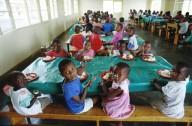 Bambini a mensa in un Paese in via di sviluppo