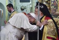 Papa Francesco, in segno di rispetto, si inchina e si fa baciare la testa dal Patriarca Bartolomeo