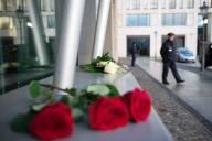 Un mazzo di rose lasciato in memoria delle vittime di Charlie Hebdo