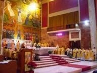 L'altare gremito dai sacerdoti concelebranti