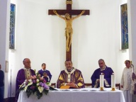 Mons. Valentinetti presiede la Santa Messa, concelebrando con il parroco don Giampietro Pittarello e il diacono Giancarlo Cirillo