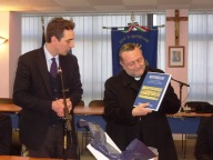 Il libro sulla storia di Montesilvano donato dal sindaco Maragno a mons. Valentinetti