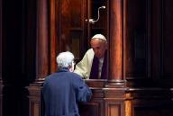 Papa Francesco, ieri, mentre confessava un fedele nella Basilica Vaticana