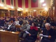 I fedeli riunitisi presso la chiesa dello Spirito Santo