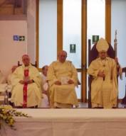 Mons. Valentinetti concelebra con monsignor Di Falco, a sinistra