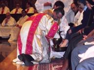 L'arcivescovo di Pescara-Penne lava i piedi a una religiosa
