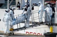 Il recupero della salma di una delle 900 vittime del barcone rovesciatosi domenica