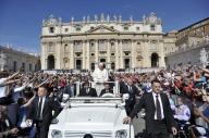 Papa Francesco saluta i fedeli, in piazza San Pietro, a bordo della sua jeep