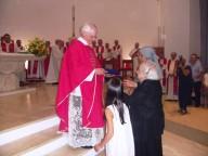 Il parroco di San Pietro apostolo riceve una targa ricordo dai parrocchiani
