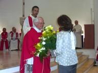 Mons. Vincenzo Amadio riceve i fiori, durante l'offertorio