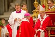 Papa Francesco impone un pallio ad un nuovo arcivescovo metropolita