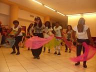 Alcune ospiti del progetto Lape dream danzano durante la festa