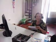 La speaker Franca Salerno, nella sua postazione, al termine della diretta