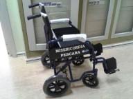 La sedia a rotelle donata dai volontari della Misericordia di Pescara