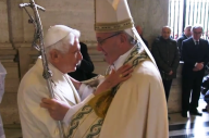 L'abbraccio tra Papa Francesco e il Papa emerito Benedetto XVI