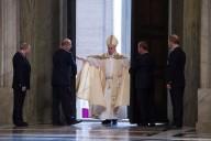 Papa Francesco varca la soglia della Porta Santa