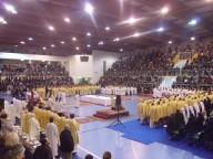 Il Palasport Giovanni Paolo II gremito da fedeli e concelebranti