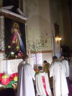 L'arcivescovo Valentinetti, al termine della messa, prega davanti l'altare della reposizione dell'Eucaristia