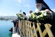 Papa Francesco, Bartolomeo I e Ieronymos lanciano una corona di fiori in memoria delle vittime del mare