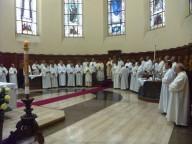 L'arcivescovo Valentinetti presiede la Santa messa affiancato dagli accoliti