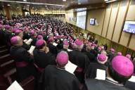I vescovi italiani riuniti nell'Aula del Sinodo