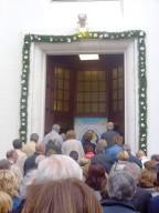 Gli accoliti attraversano la Porta santa della Cattedrale di San Cetteo