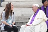 Papa Francesco confessa una giovane al recente Giubileo dei ragazzi
