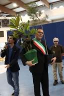 Marco Alessandrini, sindaco di Pescara, riceve in consegna le magnolie