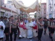L'arcivescovo Valentinetti guida la solenne processione cittadina del Corpus Domini