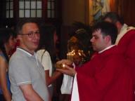 Don Luca impartisce per la prima volta il sacramento dell'Eucaristia