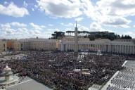 Piazza San Pietro affollata per l'Angelus domenicale