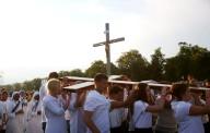 La croce, portata dai giovani, durante la Via Crucis di ieri sera
