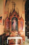 L'altare con l'immagine di Gesù Misericordioso nella cappella del convento  delle Suore della Beata Vergine Maria della Misericordia di Cracovia – Lagiewniki.  Sarcofago con le reliquie di Santa Faustina Kowalska.