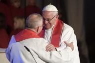L'abbraccio tra Papa Francesco il vescovo luterano Munib Younan