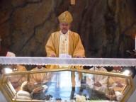 Il cardinale Crescenzio Sepe pronuncia l'omelia sull'altare che custodisce le reliquie del Beato
