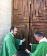 don Mauro Pallini e don Gianni Caldarelli, chiudono la porta santa  del Santuario del Beato Nunzio Sulprizio