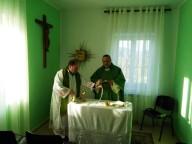L'arcivescovo Valentinetti e don Marco Pagniello concelebrano la messa a Mabe