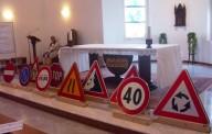 I segnali stradali portati in offertorio dai fidanzati